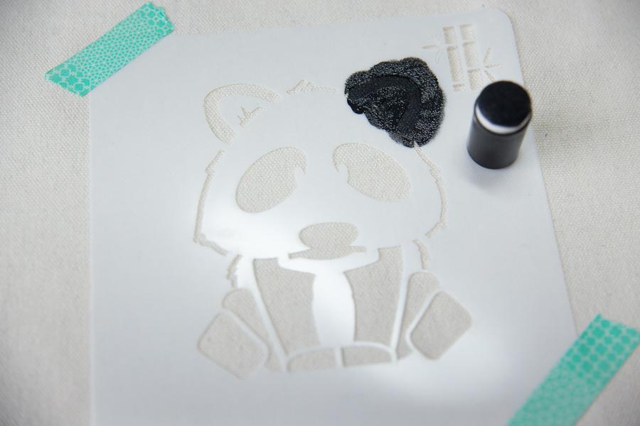 customiser un tot bag peinture pochoir panda